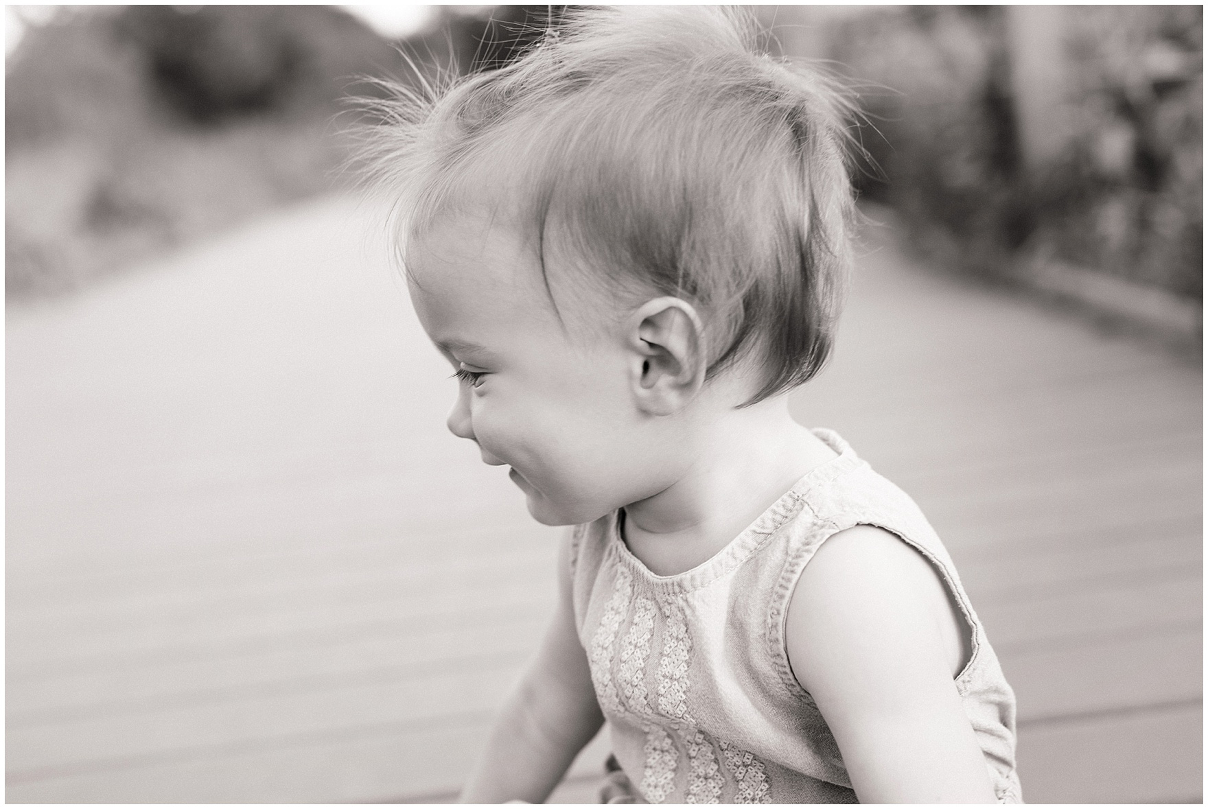 A little girl laughs during a Chicago Lincoln Park family photography session.