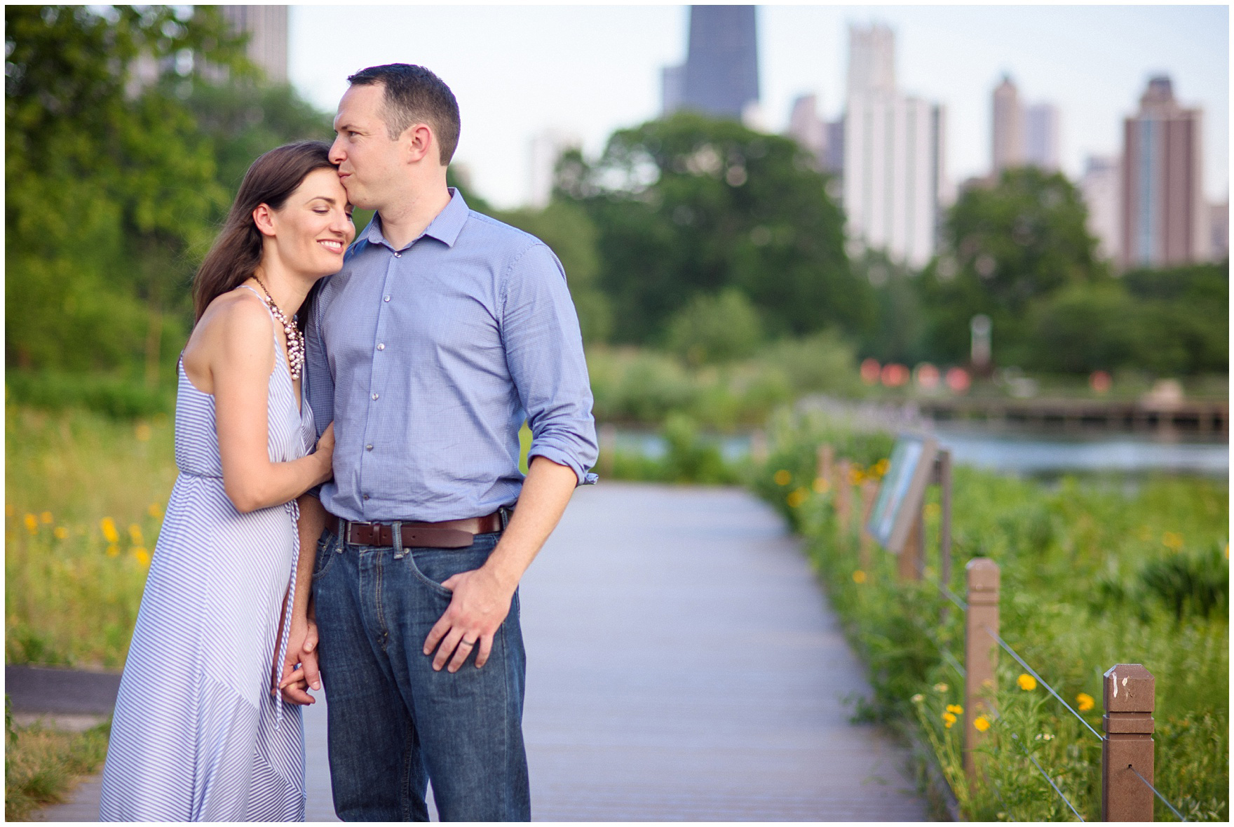 Dad kisses mom during a Chicago Lincoln Park family photography session.